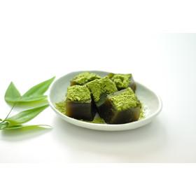 【京わらびもち】 宇治抹茶きな粉付。石臼挽き宇治抹茶をバランス良く加えた、やさしい風味のわらび餅です。