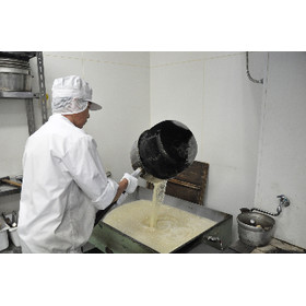 着色料・添加物は一切使用しておらず、最低限必要な原材料より炊き上げております。  火力の調節や煮詰めの温度、生姜の搾り汁の投入のタイミングなど、飴炊きは気候・気温の少しの変化で大きく変わるため熟練した職人技が必要になります。